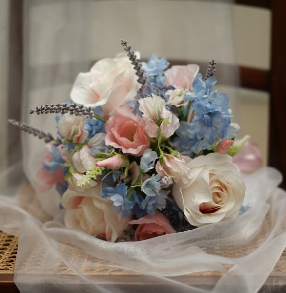 Mixed pastel colours in silk stems