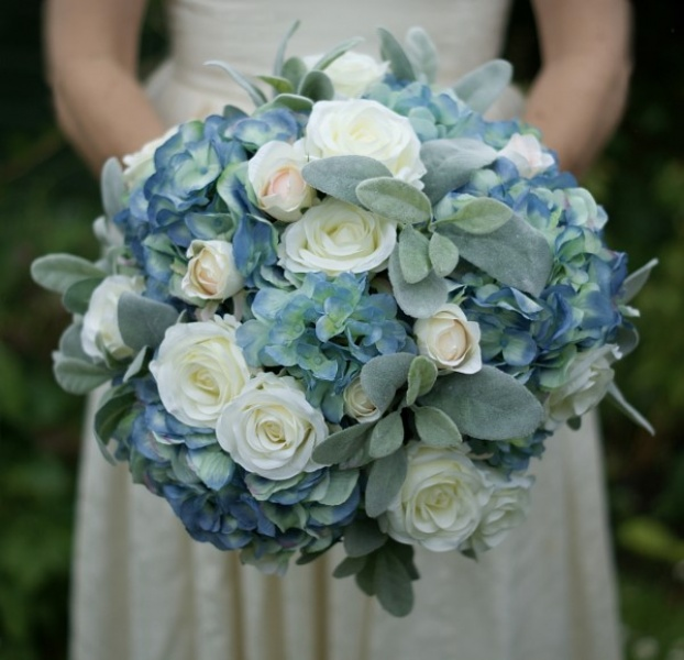 Inspiring floral design in soft blues, white and silver